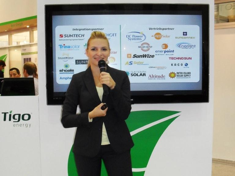 Messe und Kongress Moderatorin auf der PV SEC Janine Mehner für Tigo Energy in Hamburg auf der Messe CCH